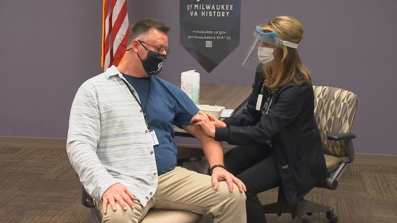 Green Bay VA Clinic gives first doses of COVID-19 vaccine