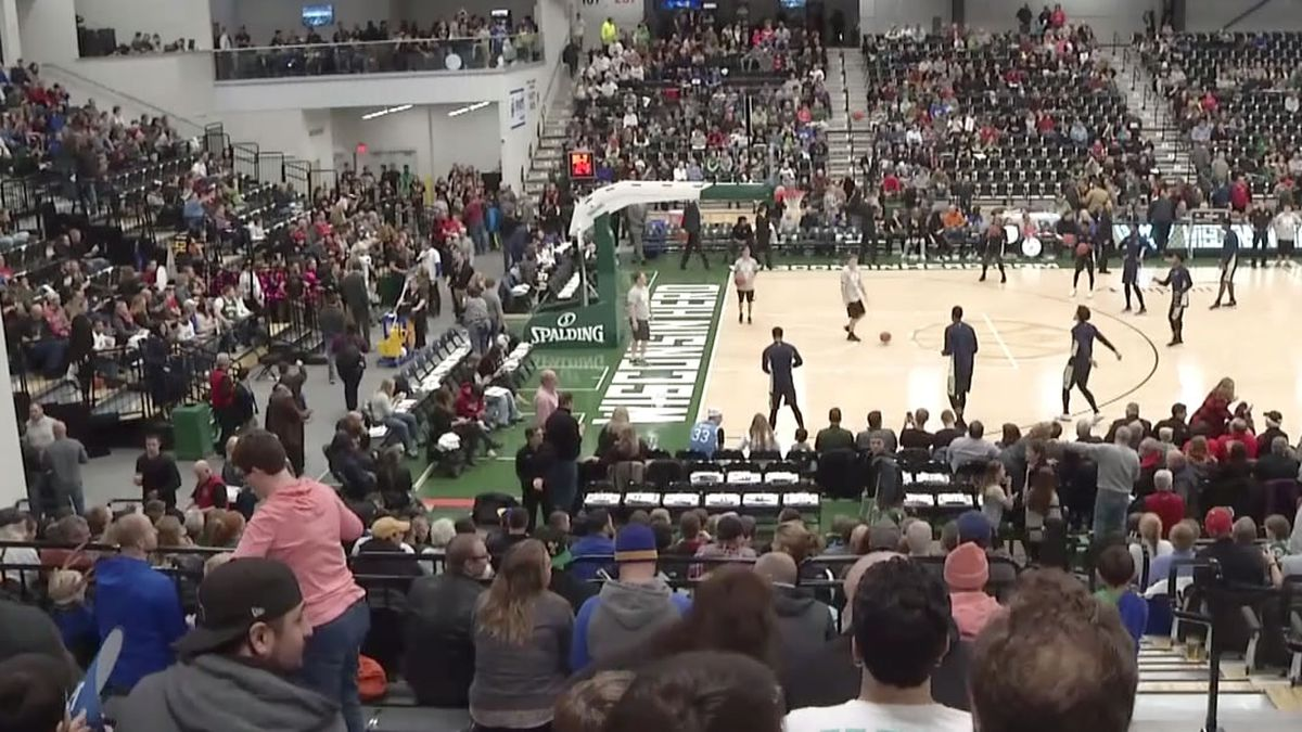 Basketball game at Menominee Nation Arena (WBAY file photo)