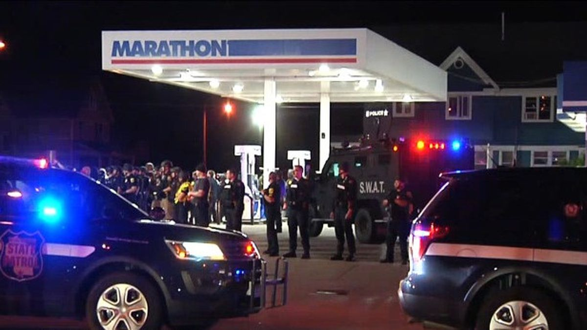 SWAT and Wisconsin State Patrol respond to violence at a downtown Green Bay gas station. May 31, 2020. (WBAY Photo)