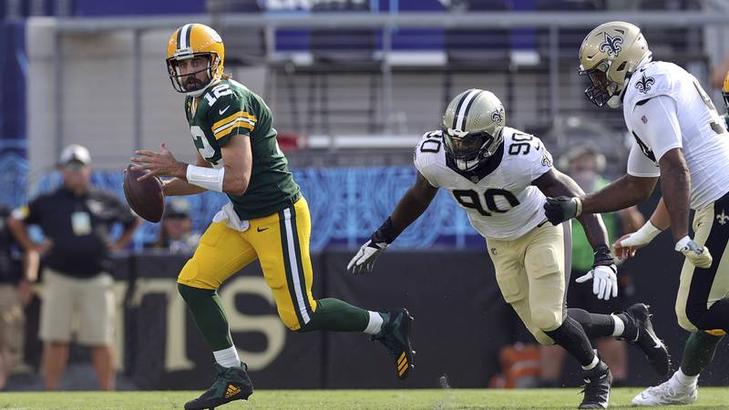 Green Bay Packers quarterback Aaron Rodgers (12) and New Orleans Saints linebacker Tanoh...