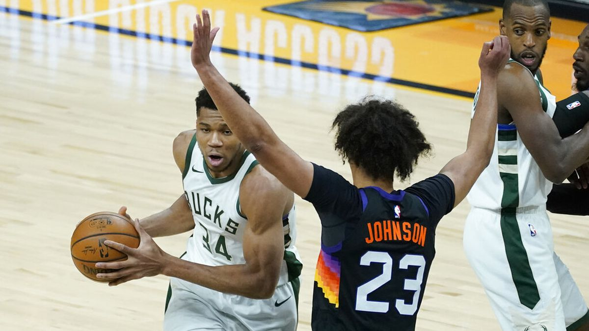 Milwaukee Bucks forward Giannis Antetokounmpo (34) drives on Phoenix Suns forward Cameron...