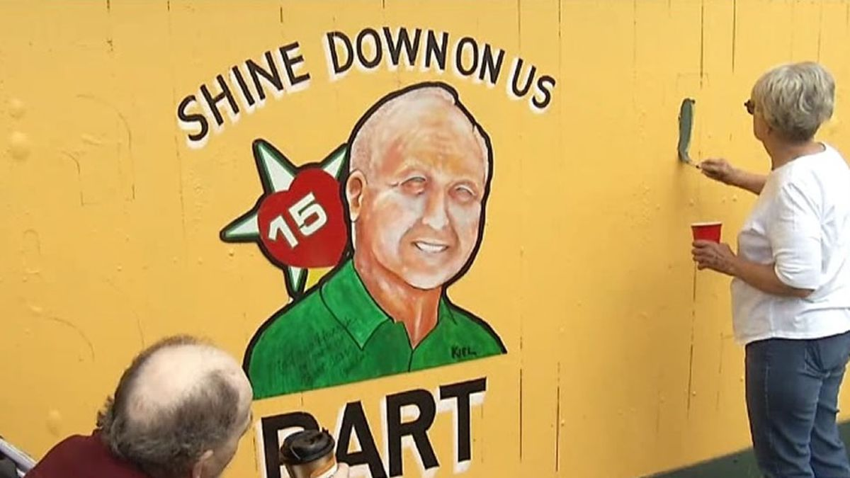 """The original Packers fence pays tribute to legendary Packers quarterback Bart Starr in 2019 with the phrase """"A Starr Shines, A New Era Dawns"""" (WBAY photo)"""