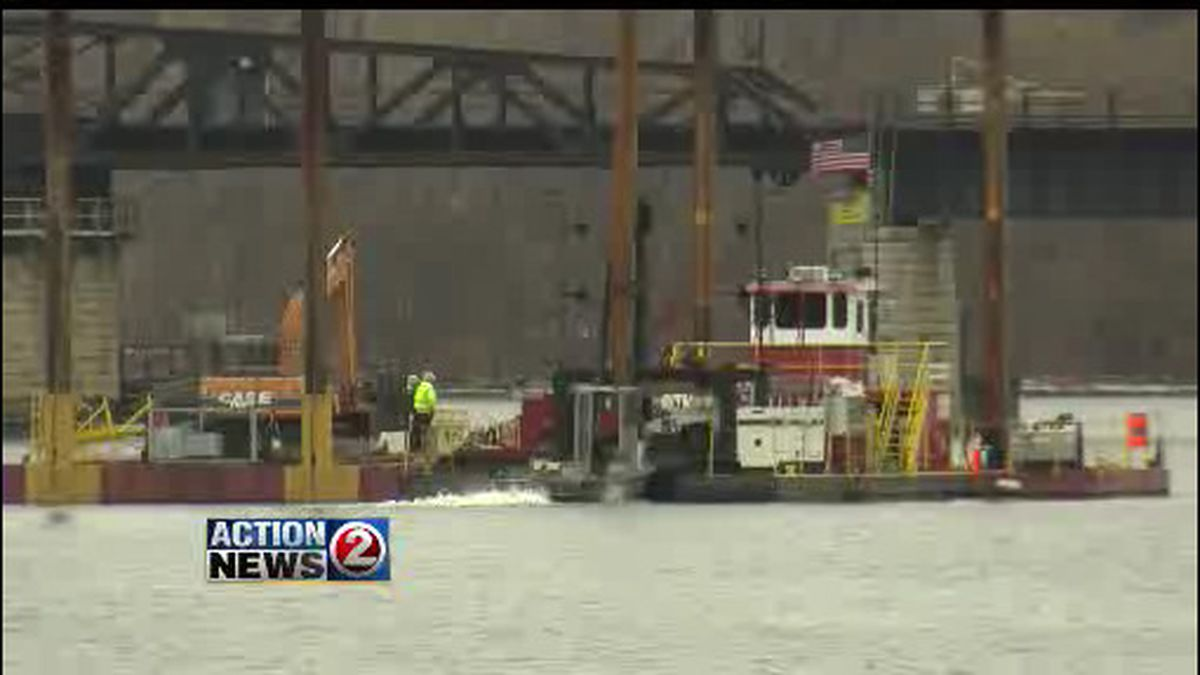Dredging barge on the Fox River (WBAY file photo)