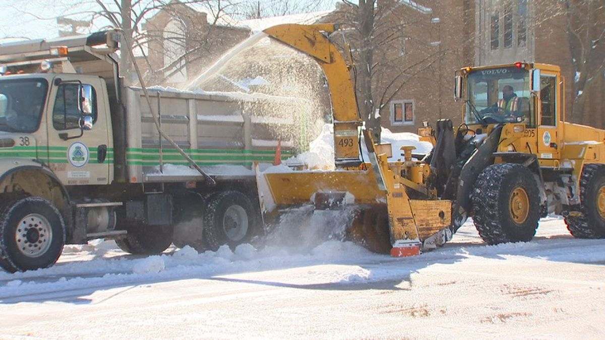 Green Bay city crews clearing snow from streets in Feb. 2019 (WBAY photo)