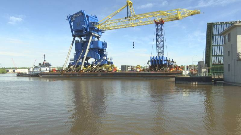 Massive crane departs Port of Manitowoc