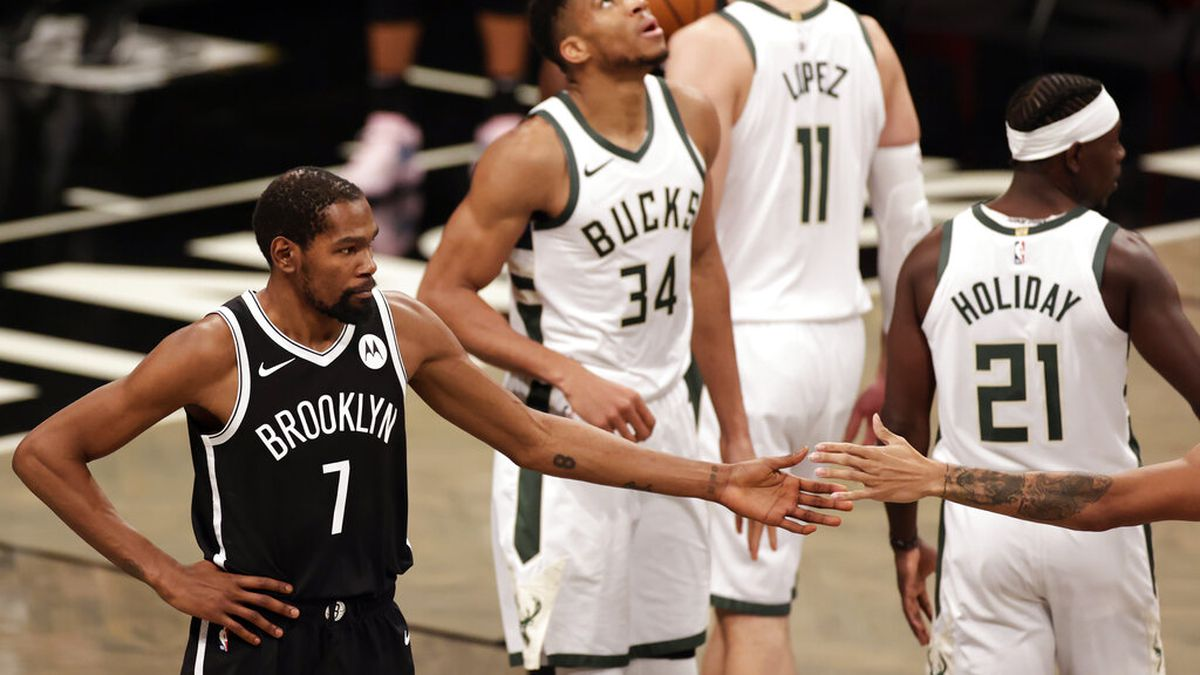 Brooklyn Nets forward Kevin Durant (7) reacts in front of Milwaukee Bucks forward Giannis...