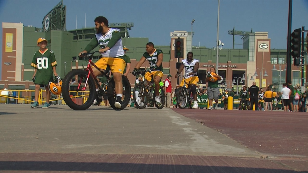 Packer players ride bikes to first practice of 2019 training camp.